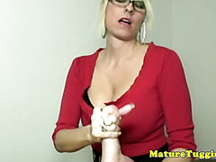 Hj loving mature in spex handling cock