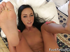 Valeria shows her horny toes