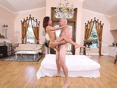 Flexible Latina Jade Jantzen deepthroats a big cock