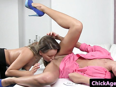 Amateur casting les feasting on agents pussy
