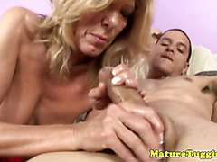 Handjob loving cougar sucks dick